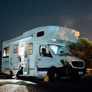 Husbil med natthimmel