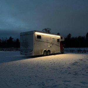 Vintercamping utmed frusen Göta kanal